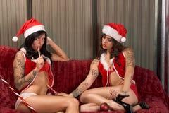 Jogos sexuais do Natal de amantes novos da lésbica Imagens de Stock Royalty Free