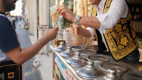 Jogos turcos tradicionais do vendedor do gelado com cliente 4K 10 de outubro de 2018 - Istambul, Turquia filme
