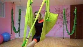 Jogowie ćwiczą powietrzny anty spoważnienia joga na hamaku zbiory
