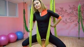 Jogowie ćwiczą powietrzny anty spoważnienia joga na hamaku zdjęcie wideo