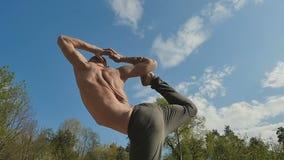 Jogowie utrzymują równowagę na medytować i nodze zbiory