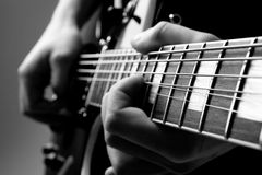 Jogue a guitarra Fotos de Stock Royalty Free