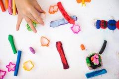 Jogue a massa colorida com variam a forma do molde, para aumentam o imagina imagens de stock royalty free