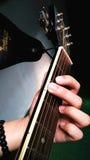 Jogue a menina adolescente bonita da guitarra… que joga a música com uma guitarra imagens de stock