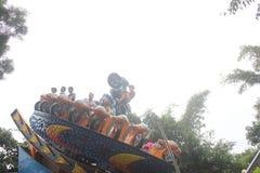 Jogue o cavaleiro da tempestade dos turistas no parque de diversões no parque de SHENZHEN Zhongshan imagem de stock royalty free