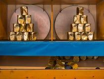 Jogue uma bola em uma pirâmide das latas imagens de stock royalty free