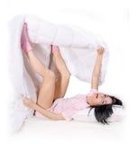 Jogue uma menina na cama fotos de stock royalty free
