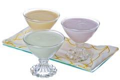 Jogurt in den verschiedenen Aromen Stockbilder