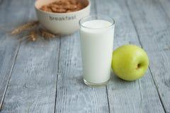 Jogurt, Getreide und Apple zum ein gesundes Frühstück Lizenzfreie Stockfotos