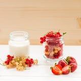 jogurt i jagoda w szklanych słojach Fotografia Royalty Free