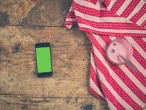 Jogurt i mądrze telefon na stole z herbacianym ręcznikiem zdjęcia royalty free