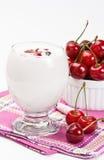 Jogurt i słodka wiśnia Zdjęcia Royalty Free