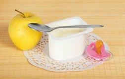 Jogurt, jabłko i pacyfikator, zdjęcie stock