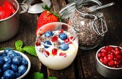 Jogurt, jagody, chia ziarna, zdrowy śniadanie Fotografia Royalty Free