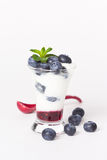 Jogurt mit Blaubeere, Stau und Minze stockfoto