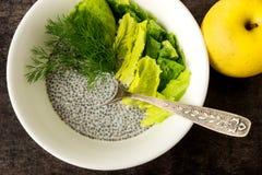 Jogurt mit Chia-Samen und frischen Kräutern Gelber Apfel Lizenzfreies Stockfoto