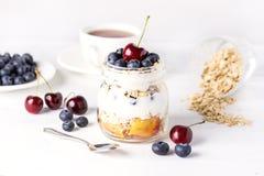 Jogurt mit den Hafermehl-Früchten und weißem hölzernem Hintergrund Berry Healthy Diet Breakfast Rustics horizontal Lizenzfreie Stockbilder