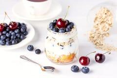 Jogurt mit den Hafermehl-Früchten und weißem hölzernem Hintergrund Berry Healthy Diet Breakfast Rustics horizontal oben Stockfotos