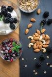 Jogurt mit frischer Frucht und Samen Stockfoto
