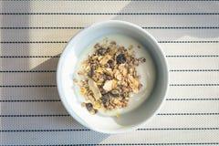 Jogurt mit Getreide und Körnern Stockbild