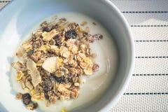 Jogurt mit Getreide und Körnern Stockfotos