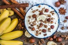 Jogurt mit Muesli, Banane und Nüssen Lizenzfreies Stockfoto