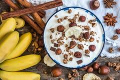 Jogurt mit Muesli, Banane und Nüssen Lizenzfreies Stockbild
