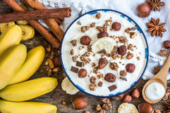 Jogurt mit Muesli, Banane und Nüssen Stockfoto