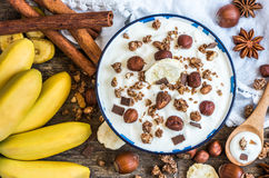 Jogurt mit Muesli, Banane und Nüssen Lizenzfreie Stockbilder