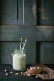 Jogurt mit Pistazien Lizenzfreie Stockbilder
