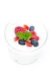 Jogurt mit unterschiedlichen frischen Beeren und Minze in einem Glasbecher Lizenzfreies Stockbild