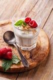 Jogurt muesli mit Himbeeren Stockfotos