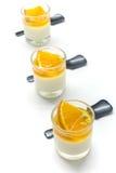 Jogurt penna Cotta mit Orangen- und Maracujastaus Lizenzfreie Stockfotos