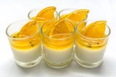 Jogurt penna Cotta mit Orangen- und Maracujastaus Lizenzfreies Stockfoto