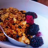 Jogurt und Granola lizenzfreies stockfoto