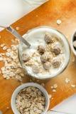 Jogurt w szkle z ows?w p?atkami i pszenicznym otr?by w nim, pionowo zdjęcia stock