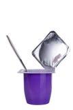 Jogurt z łyżką odizolowywającą Obrazy Royalty Free