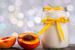 Jogurt z brzoskwiniami, bokeh tło, zbliżenie Zdjęcie Royalty Free