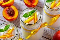 Jogurt z brzoskwinie, boczny widok Obraz Royalty Free
