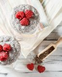 Jogurt z chia ziarna owoc i puddingiem fotografia royalty free