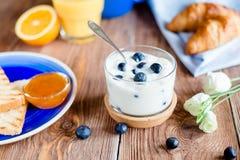 Jogurt z czarną jagodą w szkle Zdjęcia Stock