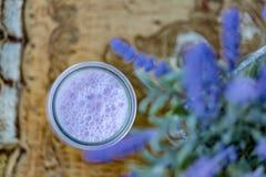 Jogurt z czarnymi jagodami Domowej roboty jogurt z czarn? jagod? w s?oju obraz royalty free