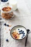 Jogurt z czarnymi jagodami i granola zdjęcia stock