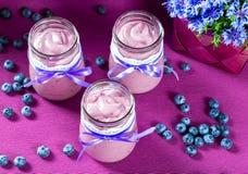 Jogurt z czarnymi jagodami i mennicą, zakończenie, selekcyjna ostrość Zdjęcia Stock