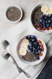 Jogurt z jagodami, banan, migdały, Chia ziarna, puchar zdrowy śniadanie, rocznika styl, superfood i detox, każdy ranek, obraz stock