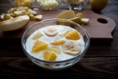 Jogurt z owoc bananna ananasa pomarańczowym jabłkiem Zdjęcie Royalty Free