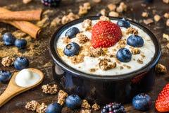 Jogurt z truskawką, czarnymi jagodami i Muesli, zdjęcie stock
