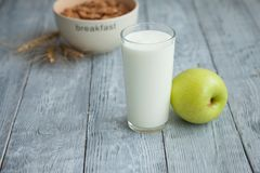 Jogurt, zboże i Apple dla zdrowego śniadania, Zdjęcia Royalty Free