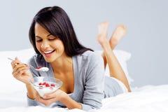 Jogurt zdrowa kobieta Zdjęcia Royalty Free