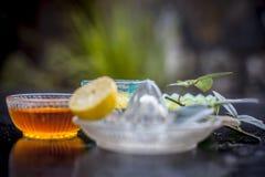 Jogurtgesichtsmaske mit rohem Zitronensaft-, Honig- und Gelbwurzpulver und Jogurt oder Klumpen in einer Glasschüssel auf Holzober lizenzfreie stockfotografie